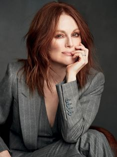 We shared Julianne Moore elegant photoshoot where she has a messy hairstyle. by the way, her photos are from The Rake Magazine. Jennifer Aniston, Jennifer Lopez, Julianne Moore, Robin Wright, Nicole Kidman, Demi Moore, How To Have Style, Juliette Binoche, Business Portrait