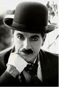 Charles Spencer Chaplin, (Londres,16/04/1889 - 25/12/77), foi um ator, diretor, produtor, humorista, empresário, escritor, comediante, dançarino, roteirista e músico britânico. Chaplin foi um dos atores mais famosos da era do cinema mudo, notabilizado pelo uso de mímica e da comédia pastelão.