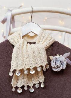 Une écharpe en tricot perlée de nacre, écru, customisée / A pearl knitted scarf of mother-of-pearl