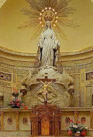 wizerunek Matki Boskiej, która w Apokalipsie św. Jana przedstawiona jest na lazurowym tle, a jej głowę okala 12 gwiazd