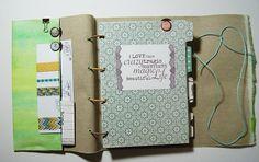 Filofax selber machen  ein MitmachMontag Tutorial von Steffi Wienberg für www.danipeuss.de #MitmachMontag Doodle Lettering, Hand Lettering, Filofax Diy, Kawaii Planner, Travel Album, Planner Pages, Bookbinding, Travelers Notebook, Mini Books