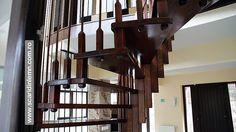 scara interioara din lemn pe vang, cu trepte de lemn suspendate pe corzi