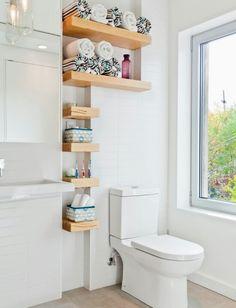 Uma das vantagens das prateleiras é aproveitar pequenos espaços como esse, otimizando seu espaço.