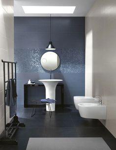 carrelage mural salle de bain en gris et beige, mosaïque grise et sanitaire blanc