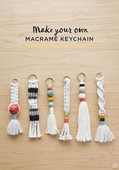 Instructions: DIY keychain with tassel and macramé - Di .- Anleitung: DIY-Schlüsselanhänger mit Quaste und Macramé – Diy Projekt Instructions: DIY keychain with tassel and macramé pendant - Pot Mason Diy, Mason Jar Crafts, Keychain Diy, Keychain Ideas, How To Make Keychains, Make Your Own Keychain, Handmade Keychains, Tassel Keychain, Diy Yarn Keychains