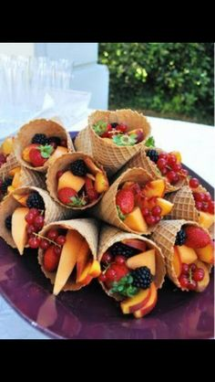 Healthy snacks ... what a great idea! ice cream cones loaded with berries and slices of other fruits. Love It!!! Great idea for a buffet! No fingers... all set!