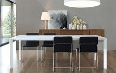 Sedia con struttura in metallo. Sedile e schienale in legno curvato imbottiti in poliuretano rivestita in tessuto.