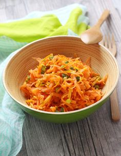 Les carottes râpées, c'est une des entrées emblématiques des repas de famille. Pour lui donner un coup de jeune, nous avons revisité cette recette avec de la mimolette et le zeste d'une orange. Sandwiches, Root Vegetables, Vinaigrette, Orange, Macaroni And Cheese, Cabbage, Healthy Recipes, Healthy Food, Ethnic Recipes