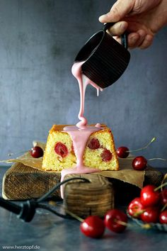 Ein saftiger Kuchen, mit Zitronen und Kirschen und fruchtiger Kirschglasur. Schnell und einfach zubereitet. Chocolate Fondue, Desserts, Food, Cherries, Cherry Cake, Fast Recipes, Sweet Recipes, Oven, Tailgate Desserts