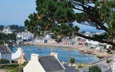 Maison vue mer à Portsall,  Située sur un portdu Finistère Nord avec une vue sur la mer, cette belle et grande demeure à l'ombre d'un grand pin maritime a beaucoup de charme et d'élégance.