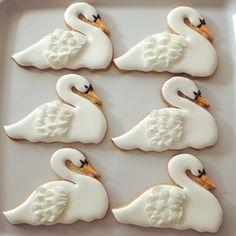swan cookies from hotel bel air for foodie inspired favor box Bird Cookies, Fancy Cookies, Cute Cookies, Royal Icing Cookies, Cupcake Cookies, Sugar Cookies, Johnson Baby, Galletas Cookies, Wedding Cookies