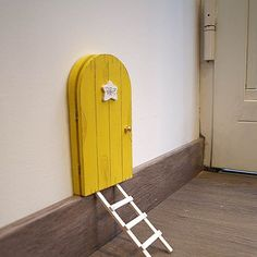 ¿En qué consisten las puertas para Pérez con saquito? Es un regalo muy especial para niños a los que se les están cayendo los dientes. Una puertecita que puedes colocar en cualquier lugar de la casa y que permite que el Ratoncito Pérez entre mágicamente en tu hogar. Cuando se caiga un diente de leche, el