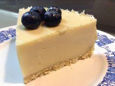 Weinig calorieën (110 kcal minder per stuk dan kwark taart), veel eiwitten, makkelijk te maken, en ook nog een lekker. Dat is dit yoghurt eiwit taart recept
