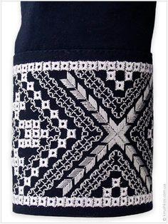 Оригінальна темно-синя сорочка з вишуканим сірим орнаментом