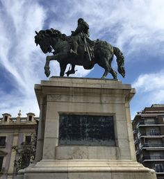 This statue of James I of Aragon, or James I the Conqueror (Jaume el Conqueridor in Catalan), was completed in 1890 by Agapito Vallmitjana. It remembers the king and his conquest of Valencia in 1238, which then became part of his kingdom. He ruled until his death in 1276.