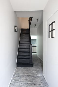 I like the black stairs with the light flooring but not the black siding up the steps Interior Stairs, Interior Exterior, Interior Design Living Room, Black Staircase, Staircase Design, Hallway Inspiration, Black And White Interior, Painted Stairs, Vestibule