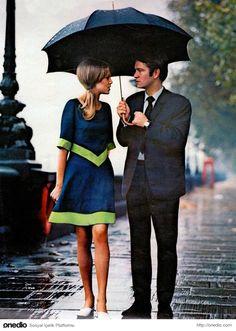 Londra yağmuru altında şık bir çift, 1963.