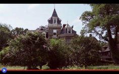 Alla ricerca di fantasmi nella vecchia villa vittoriana Un tetto aguzzo in mezzo alla campagna, con finestre alle mansarde ed un comignolo merlato. Se c'è un luogo che ricorda maggiormente il tipico luogo di avventure spaventose, come il fantastico ed orr #luoghiabbandonati #architettura #usa