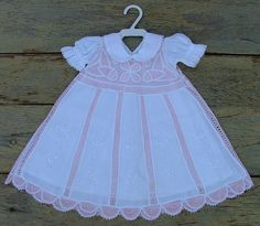Lindo vestido em cambraia de linho e renascença branco, com vestido/forro tipo combinação em cambraia
