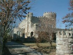 Kansas City, Missouri The Castle was built in 1908 by Dr. Flavel B. Tiffany, Noted Oculist and Author. The architect is Clifton B. It sits on top of the Cliff Drive bluffs over 500 feet above the level of the Missouri river. Kansas City Missouri, Missouri River, Haunted Places, Abandoned Places, Castles In America, Land Of Oz, Weekend Trips, Staycation, Places To See