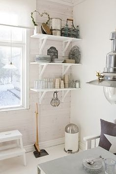 cute shelves, very similar to ones i bought at rona that i will be painting white