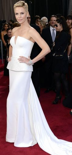 Charlize Theron in Dior One of the best red carpet looks ever. World Of Fashion, High Fashion, Formal Fashion, Divas, Oscar 2013, Dress Outfits, Fashion Dresses, Glamour, Dior Couture
