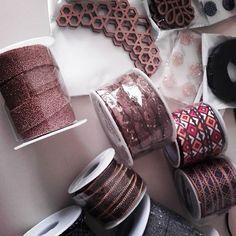 Y llegaron los nuevos juguetes! Siiiiiii!!!!! A #crear #diseñar #handmade #hechoamano #madeinspainwithlove #bolsos #complementos #accesorios #pulseras #collares #pendientes #diseñopropio #AzzafranBeUnique