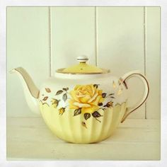 100 Amazing ideas for a Vintage Yellow Wedding! Photobooth ideas: Cake ideas: Look ideas: Paper ideas: Decor ideas: favors ideas: Bouquet ideas: Get inspir… Yellow Cottage, Rose Cottage, Vintage Yellow, Vintage China, Vintage Teapots, Vintage Style, Yellow Teapot, Cuppa Tea, Teapots And Cups