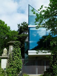 Elliott House by Eldridge-Smerin Architects in North London portrays a mystifying and enigmatic statement in a somewhat spine-chilling location for some; at least we could say that the neighbors are quiet! Overlooking a cemetery Elliot House makes a bold, dynamic statement with its black granite façade, while the interior makes an even more daring statement regarding its design.