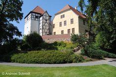 Station 1 – Bad Düben: Burg Düben - Die Burg Düben entstammt dem 9. Jahrhundert. Dibni lag an einem wichtigen Handelsweg - später entstand der Ort Düben. Er ist noch heute für seine Lage in der Dübener Heide und sein Moorheilbad bekannt. Luther und seine spätere Frau Katharina von Bora haben hier oft Station gemacht.