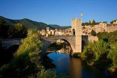 Pont medieval de Besalú © Agència Catalana de Turisme / Oriol Clavera