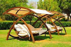 Eine Hollywoodschaukel ist das ideale Gartenmöbel um zu entspannen.