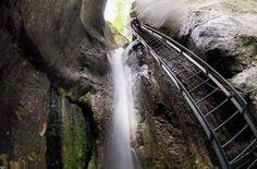Canionul 7 scări din munţii Piatra Mare are o lungime de 160 de metri şi o diferenţă de nivel de 58 de metri.