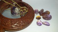 Colar em macramê, regulável, unissex, com pedra natural Ametrino castroada na redinha. Dimensões aproximadas da pedra: 3 X 2,5 cm.