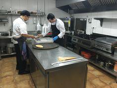Creando sabores únicos para ti desde la cocina de Aire Gastro. En las fotos nuestro Chef @ÁngelPando y Augusto, jefe de partida, preparando salmonetes frescos. #AireGastro #Restaurante #Salmonetes #Cocina