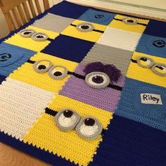 cilgin hirsiz despicable me minion lar orgu modelleri👀 Minion Manta em Crochê Padrões - / 👀 Minion Blanket in Crocheting Standards -Minion blanket - Love this simple idea - picture only.Minion blanket, no pattern but the squares look like they are Crochet Diy, Crochet Afghans, Manta Crochet, Crochet For Kids, Crochet Crafts, Minion Crochet Patterns, Minion Pattern, Crochet Blanket Patterns, Baby Blanket Crochet
