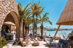 An exquisite world, a soft breeze away from Mykonos' most exclusive beach: It's the A-list life at Kenshō Psarou Beach Bar. Mykonos Beach Hotel, Mykonos Hotels, Beach Hotels, Luxury Rooms, Luxury Villa, Romantic Resorts, Greek Design, Beach Bars