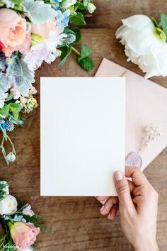 Poesias e Assuntos  Pensamentospsi Pop Art Wallpaper, Flower Background Wallpaper, Background Pictures, Flower Backgrounds, Photo Backgrounds, Paper Background, Video Story Instagram, Hand Holding Card, Fond Design