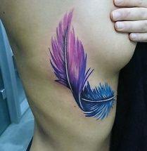 Blauwe veer tatoeage op de zij met 3d effect in de kleuren paars en blauw