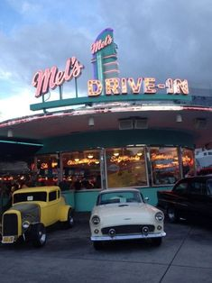 Aesthetic Photography photography food photo vintage indie cars retro yum neon American America diner Fast Food universal milkshakes universal studios mels drive thru i love this place drive in American Diner 70s Aesthetic, Aesthetic Vintage, Aesthetic Pictures, Aesthetic Pastel, Aesthetic Bedroom, Retro Photography, Photography Aesthetic, Photography Studios, Dslr Photography