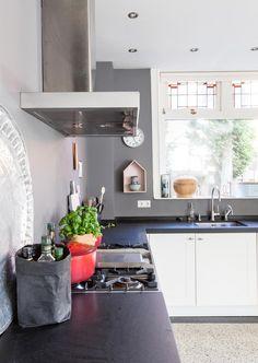 Jaren 30 huis in Heemstede | vtwonen Cosy Kitchen, Scandinavian Kitchen, Kitchen 2016, New Kitchen, Kitchen Dining, Kitchen Cabinets, Dining Rooms, House Shelves, Interior Design Advice