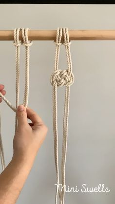 A fun knot to add to any macrame project. For more inspiration or fiber art supplies check out our. ideen videos Macramé tutorial - Josephine knot - Macramé knots & inspiration by Mini Swells Macrame Design, Macrame Art, Macrame Projects, Macrame Jewelry, Art Projects, Macrame Plant Hanger Patterns, Macrame Wall Hanging Patterns, Macrame Plant Hanger Diy, Free Macrame Patterns