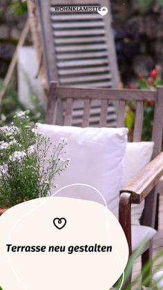 WOHNKLAMOTTE inspiriert Dich mit Ideen rund um Terrasse und Balkon. In unserem Artikel erfährst Du, wie Du Deine Terrasse neu gestalten kannst. Outdoor Chairs, Outdoor Furniture, Outdoor Decor, Throw Pillows, Home Decor, Concrete Paving Slabs, Climbing Vines, Flower Plants, Led Candles