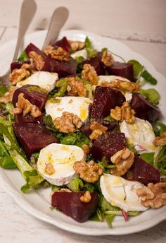 Beet salad with goat cheese (delicious especially the walnut pesto) Easy Healthy Recipes, Raw Food Recipes, Healthy Salads, Veggie Recipes, Salad Recipes, Cooking Recipes, Table D Hote, Superfood Salad, Good Food