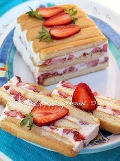 Torta semifreddo panna e fragole dolce senza cottura veloce e facile.Dolce al cucchiaio goloso,cremoso e fresco ✫♦๏༺✿༻☘‿TU Jul ‿❀🎄✫🍃🌹🍃🔷️❁`✿~⊱✿ღ~❥༺✿༻🌺♛༺ ♡⊰~♥⛩⚘☮️❋ Frozen Desserts, Just Desserts, Delicious Desserts, Yummy Food, Sweet Recipes, Cake Recipes, Dessert Recipes, Kolaci I Torte, Torte Cake