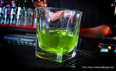ABSENTA: LA ENCANTADORA MUSA VERDE Historia del encanto de la bebida prohibida en la bella época.