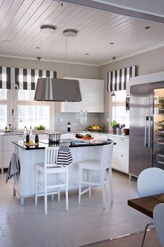 Kannustalon Suomen kauneimmista kodeista inspiraatiota keittiöön Kitchen Dining, Kitchen Decor, Scandinavian Home, Home Interior, Decoration, My Dream Home, Cool Kitchens, Home And Living, Decorating Your Home