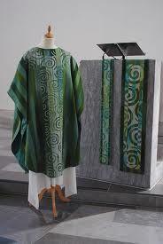 Åse Eriksen er en tekstilkunstner jeg setter spesielt pris på. Her med grønt utstyr til kirke.