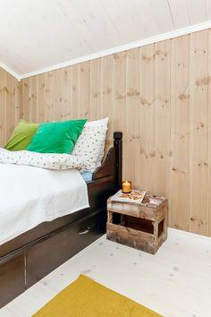 Varme toner på veggen og lyst gulv gjør soverommet til et avslappende og behagelig rom. Bed, Furniture, Home Decor, Decoration Home, Stream Bed, Room Decor, Home Furnishings, Beds, Home Interior Design