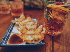 5 / 5 ( 1 voto ) El continente asiático es un continente enorme por lo que sus platos son tan variados como las distintas culturas que cohabitan en esta gran región, lo que crea un gran conjunto de tradiciones. Por esta razón, en el mundo de la gastronomía, la gastronomía asiática ha tomado un … La entrada 10 platos típicos de la gastronomía asiática se publicó primero en A pata pelada. Japanese Dumplings, Best Dumplings, Pollo Kung Pao, Pot Stickers Recipe, Dumpling Filling, Salsa Dulce, Quick And Easy Appetizers, Eating Habits, The Best